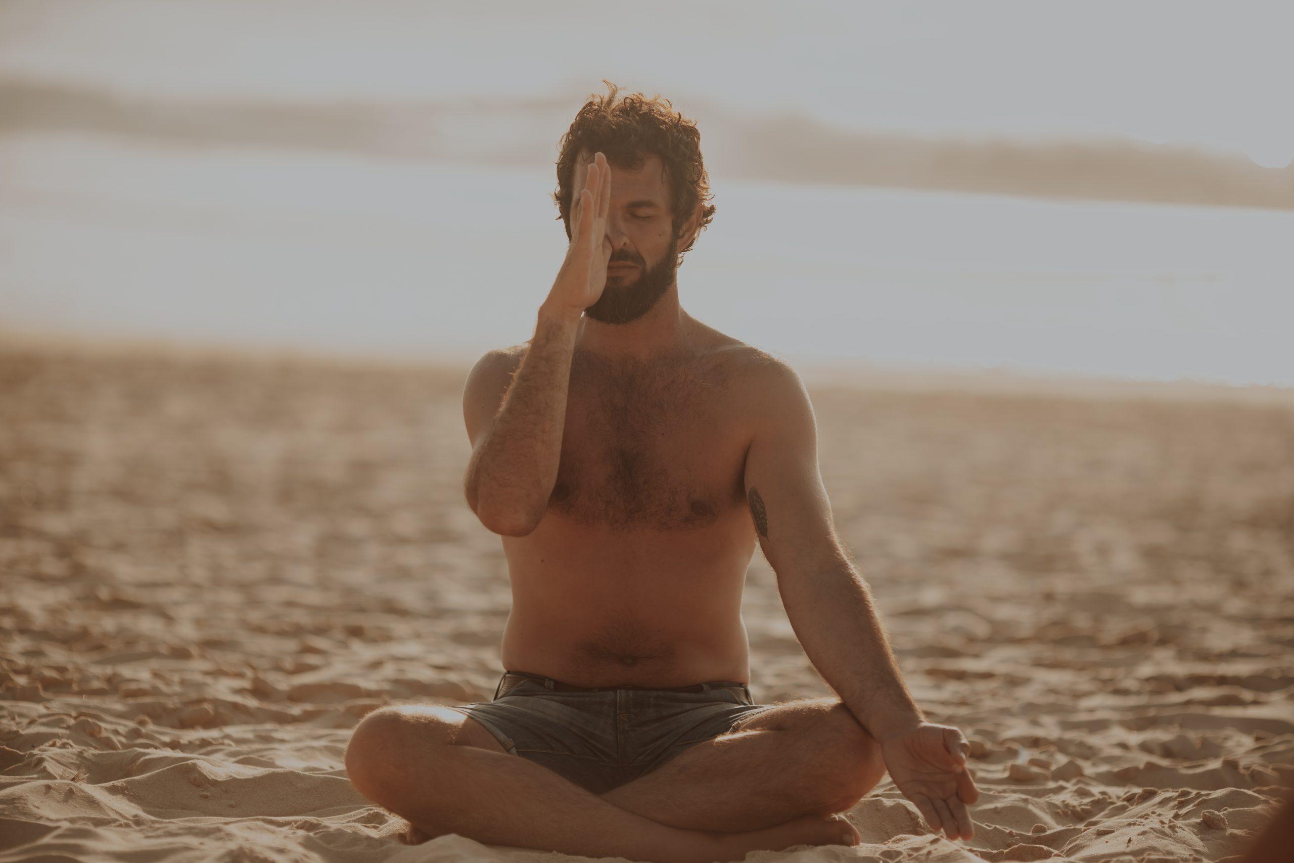 Guillaume Calabretto professeur de Yoga coach accompagnement Yoga Tabac chant méditation massage ayurvédique Bordeaux Lyon Capbreton Hossegor